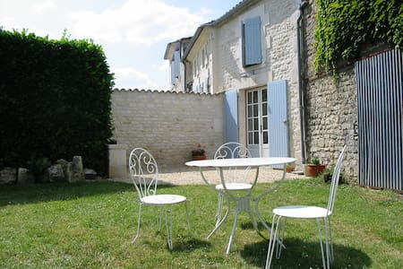 Charming garden gite near Saintes - Apartament