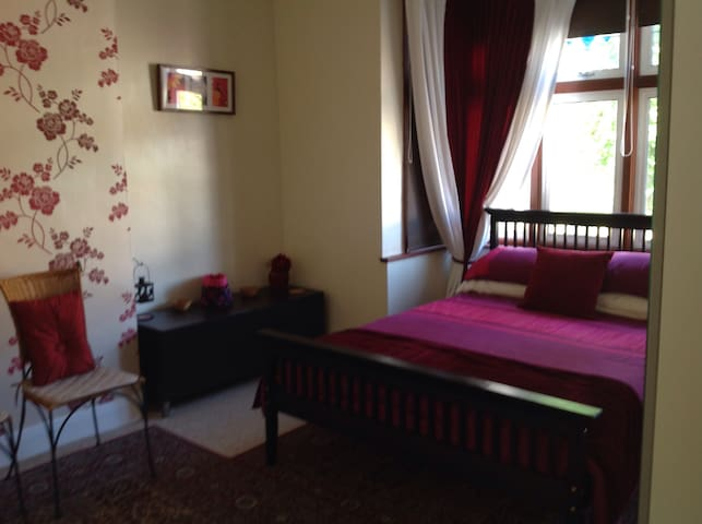 Spacious double At Ridgeway - Bromley - Bed & Breakfast