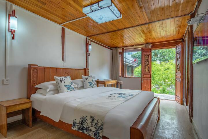 卧室的一个角度,外面就是庭院小园林