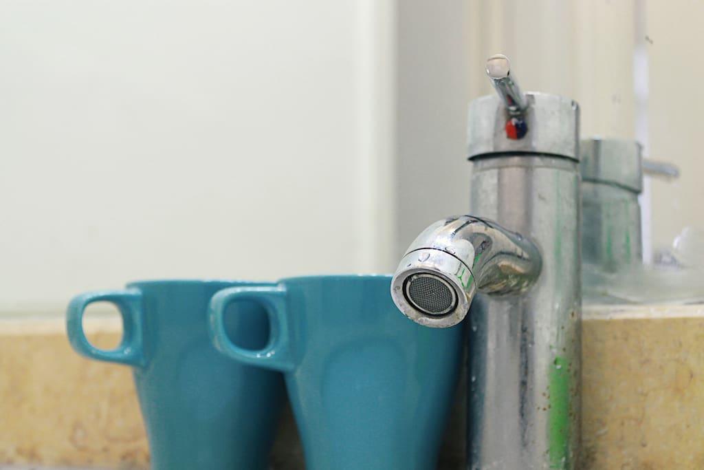 洗手台和蓝色水杯 Bathroom sink