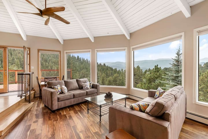 """Newly redecorated with furniture and artwork """"The Fir View Evergreen"""" 20 min to Denver 2 Fire Places"""