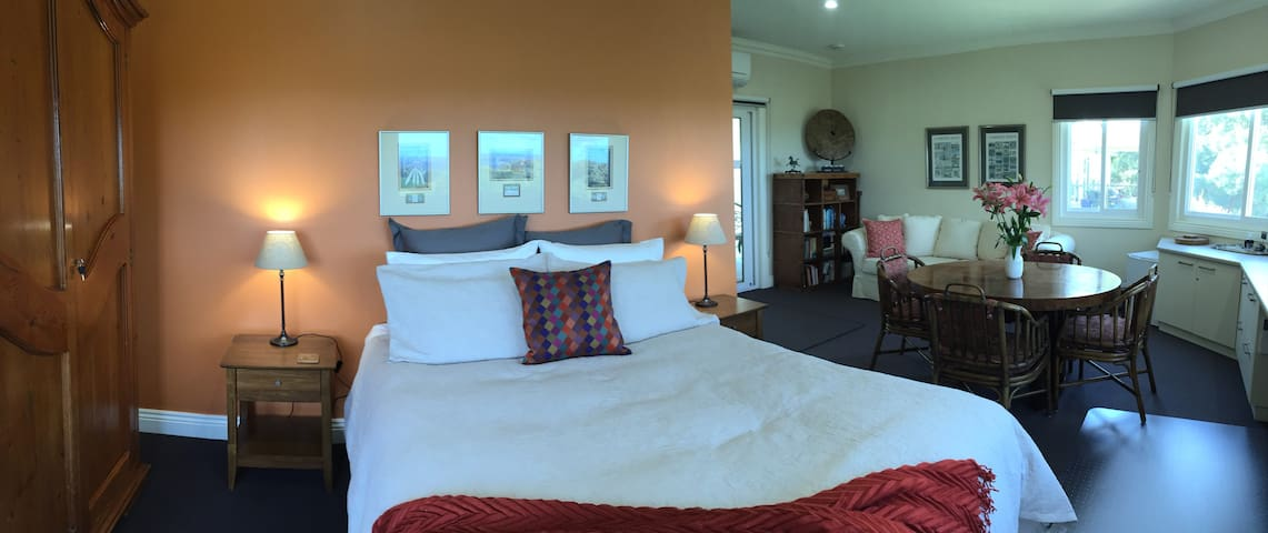 Llarrinda B&B: The Panorama Suite - Foster North - Bed & Breakfast