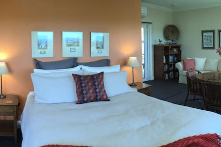 Llarrinda B&B: The Panorama Suite - Foster North