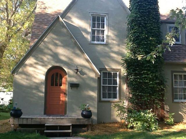 Spacious 3/2ba English Lake Cottage - Glenwood - Rumah