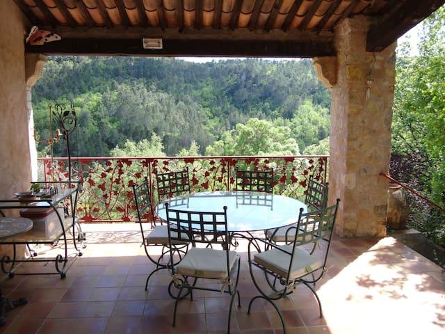 Terrasse plein sud pour savourer un petit-déjeuner ou un repas en toute quiétude