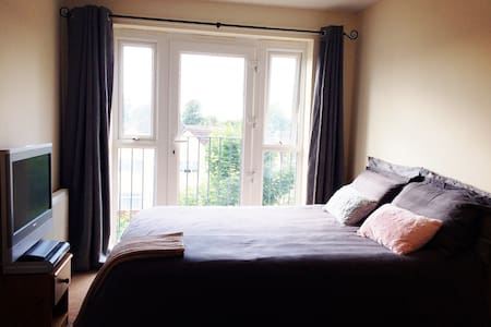 Lovely Bright Double bedroom - Eastleigh - 公寓