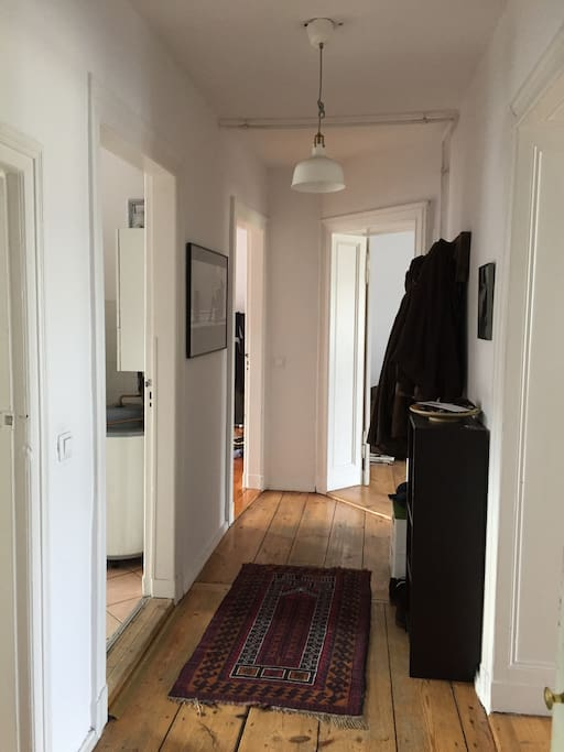 Entry & Floor to the 3-bedroom appartment