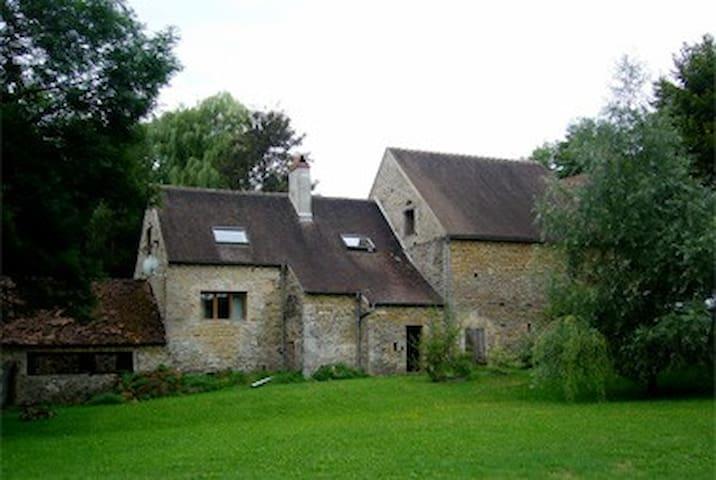 Maison en pierre près de la rivière - Fontenay-près-Vézelay