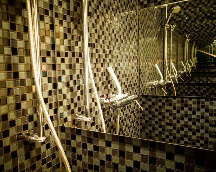 shower space detail with infinite mirror illusion