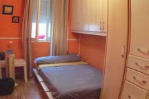 Habitación interior cómoda, cama de 1'80 de largo y 1,20 de ancho, con cajoneras disponibles, sabanas y toallas limpias, radiador, mantas...