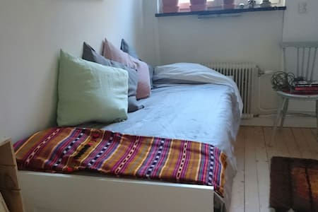 Cozy room in nice 3 room apartment - Stockholm