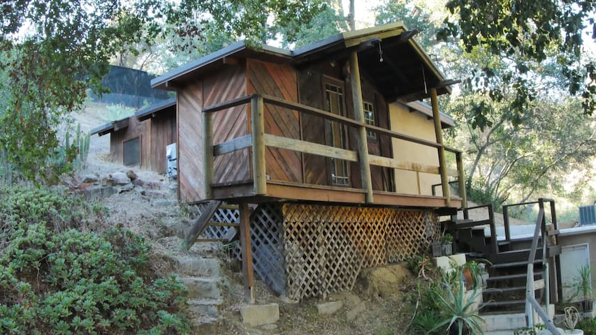 Small quiet artist cabin on 4 acres next to parks. - Topanga - Zomerhuis/Cottage