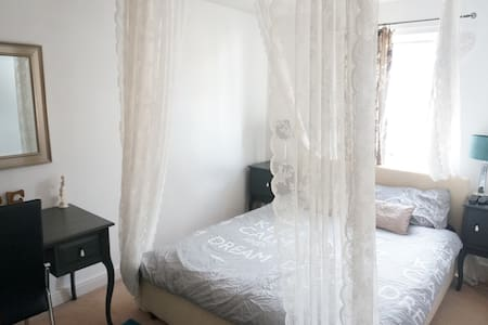 Luxury hosted rooms in Bracknell - Bedroom 1 - Bracknell