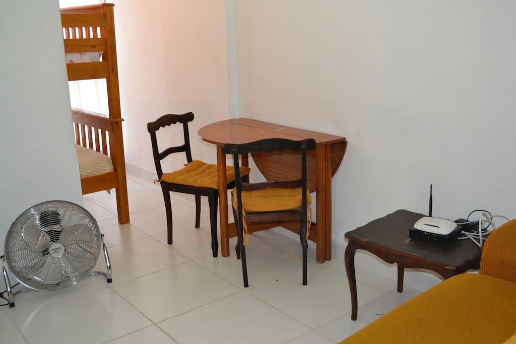 Sala, com mesa de 2 cadeiras