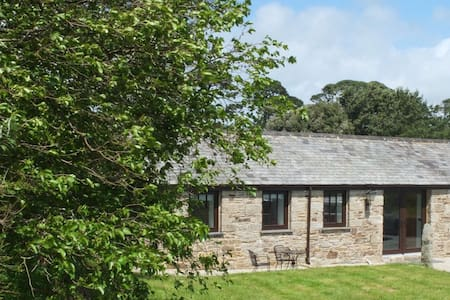 Peaceful Barn with Sea Views - Maenporth