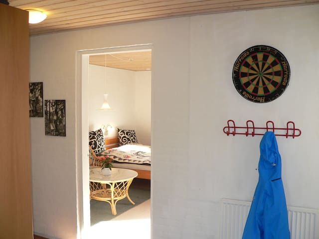 Large room with own entrance and bathroom. - Herning - Casa de camp