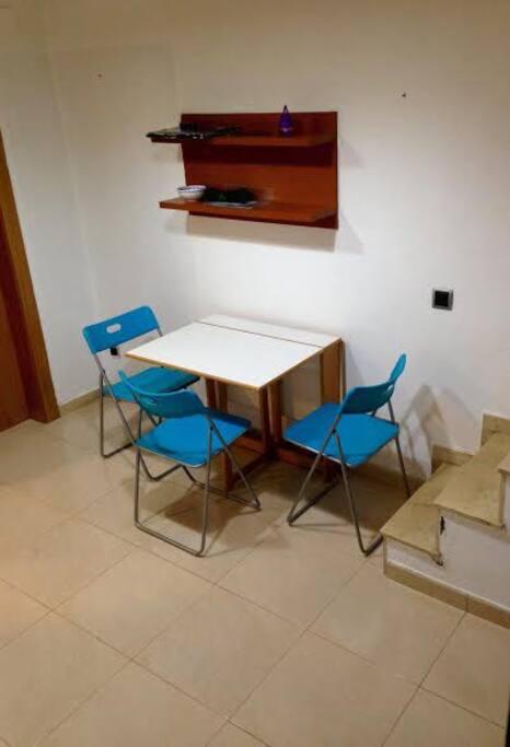 Salon comedor con aire condicionado y mesa desplegable para 4 personas