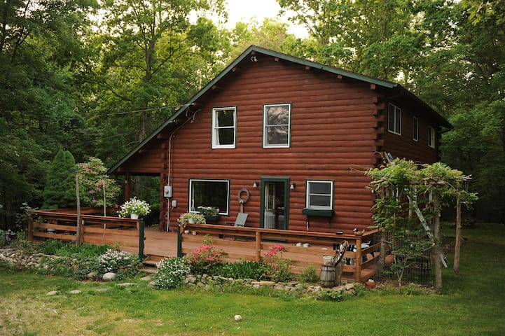 Log home 12 acre woods near lake Christmas retreat - EAST LYME - House