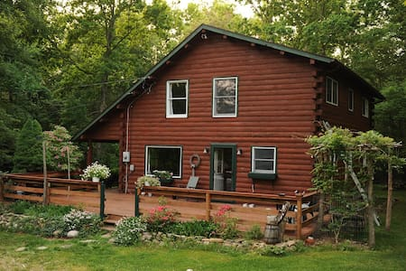 Log home 12 acre woods near lake Christmas retreat - EAST LYME - Casa