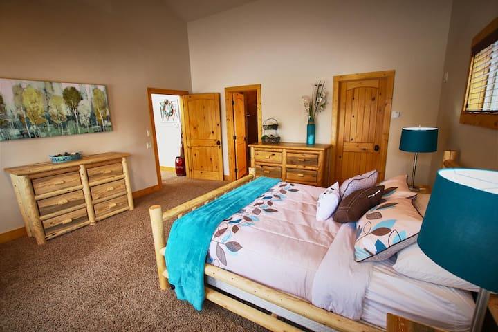 Beautiful 5 Bedroom Cabin w/ Hot Tub. Near Cascade Lake and Tamarack Resort