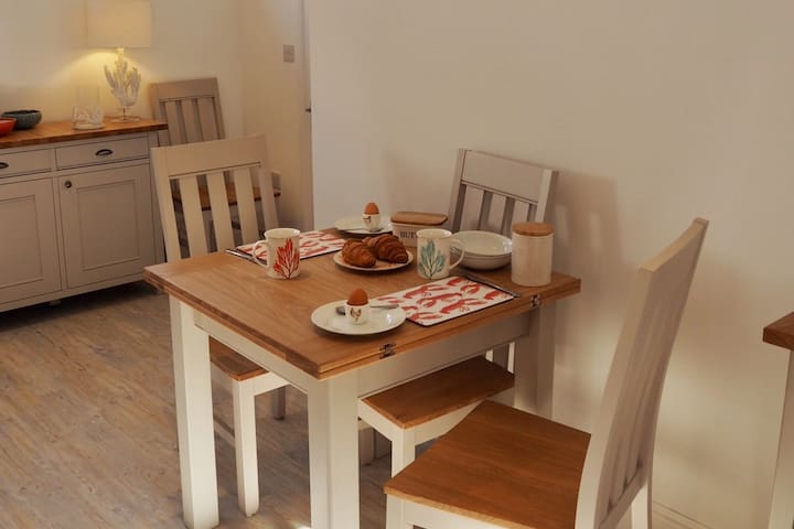 Dining Table. Extends and seats 4