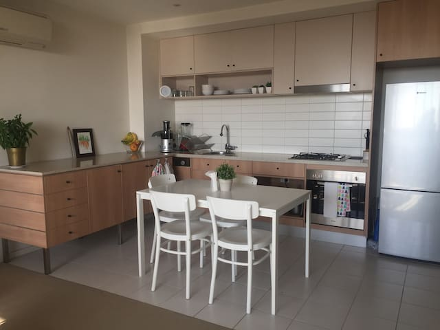 1br apartment with pool! close to train and tram - Preston - Lägenhet