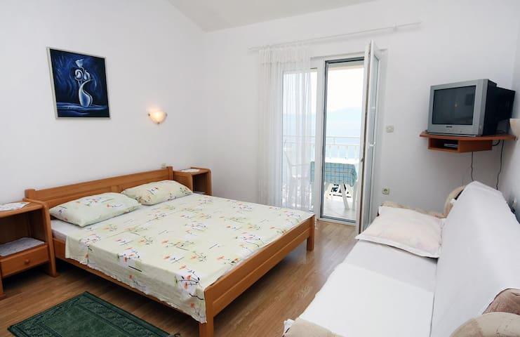 Studio flat with balcony and sea view Drvenik Gornja vala, Makarska (AS-4890-c)