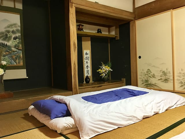 伝統的な日本の環境で快適なダブルパッド付きのシングル布団。 Comfortable double-padded futons in a traditional Japanese setting.