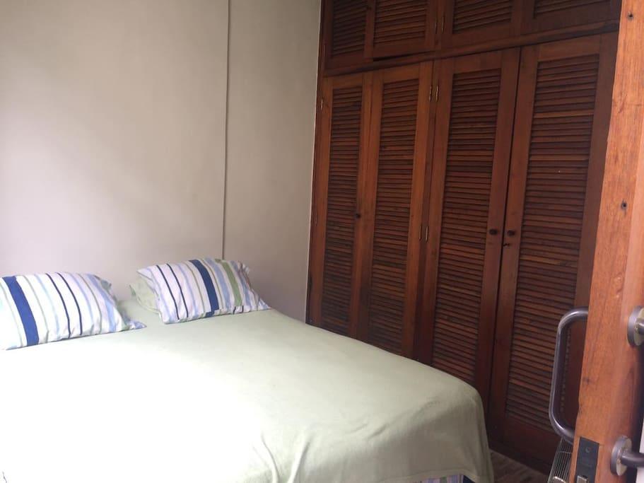 Quarto 1 - 1 lado do armário fica disponível para o hóspede.