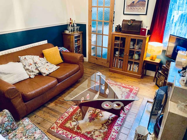 **Close to the university** Artists home