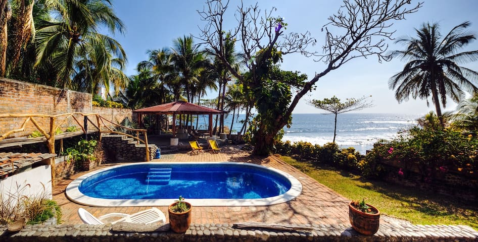 Oceanfront room in 3 bedroom house - El Zonte - House