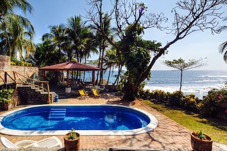Oceanfront room in 3 bedroom house - El Zonte - Huis