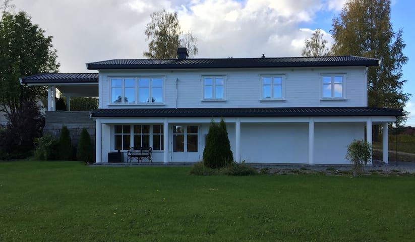 Landlig og sentralt hus på Toten.