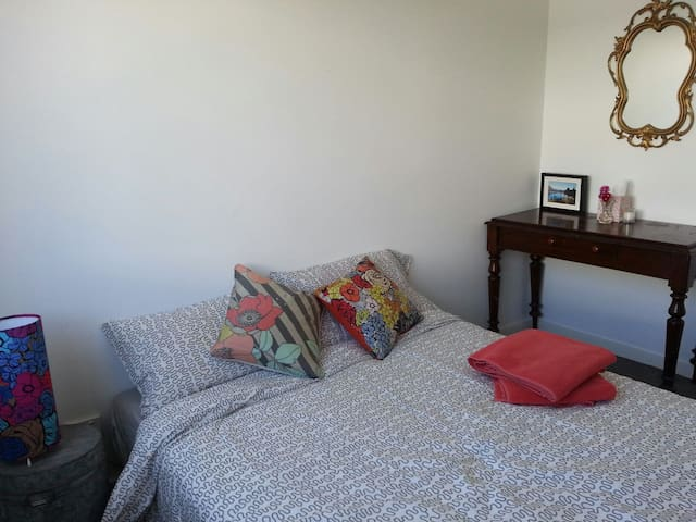 Modern Beach Apt. Room + Ensuite - North Coogee - Apartment