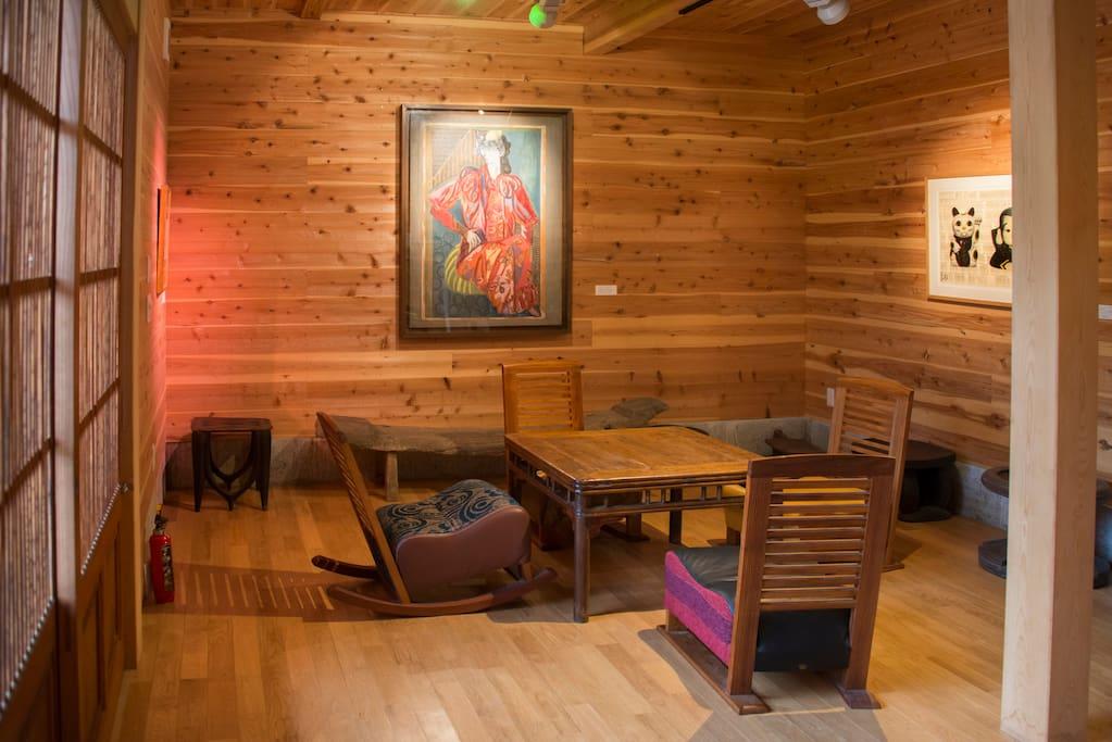 木造新築の室内は板張りでゆっくり過ごせます。壁の絵は太平洋戦争末期に自然豊かな藤野に疎開していた画家のうちの一人、佐藤敬が地元に残していった作品。何でも鑑定団にも登場しました。