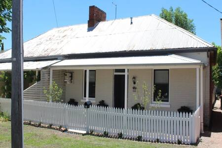 Newly Renovated semi near CBD - Bathurst - House