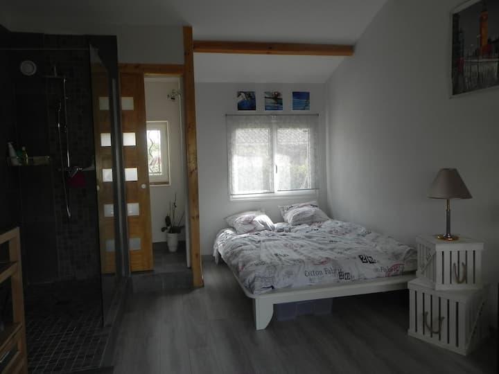 Chambre 20m2 indépendante dans villa