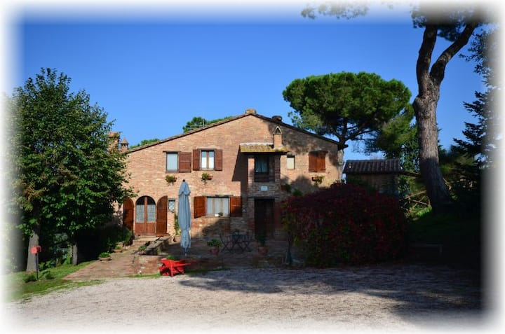 Relax in old farmhouse with pool at Trasimeno Lake