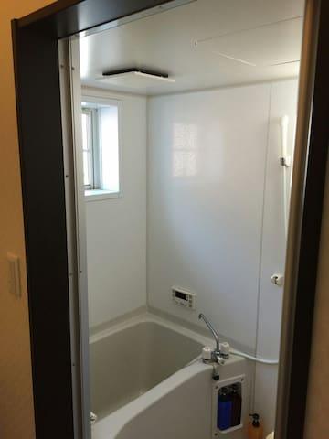 お風呂は、シャンプー、リンス、ボディーソープがお使いいただけます。