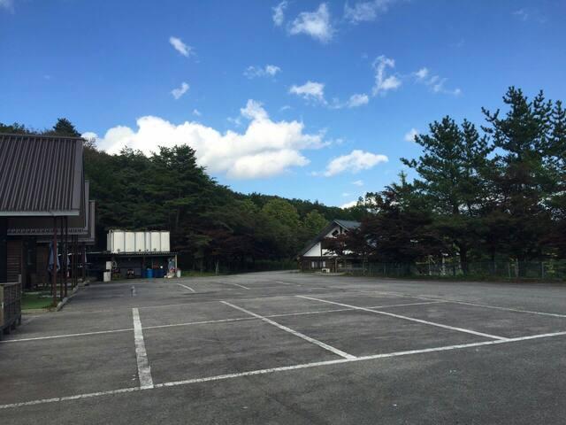 コテージ前に駐車場(無料)がございます。