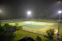 テニスコートはナイターも付いております。