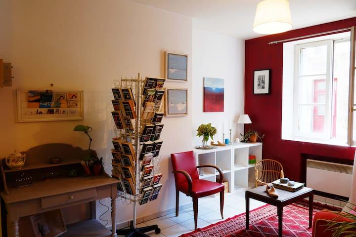 un coin salon avec bibliothèque pour les grands et les petits