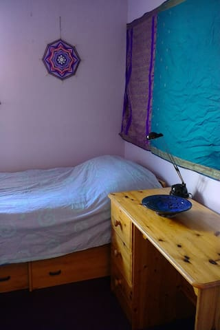 Compact room in village location - Bracknell - Ev