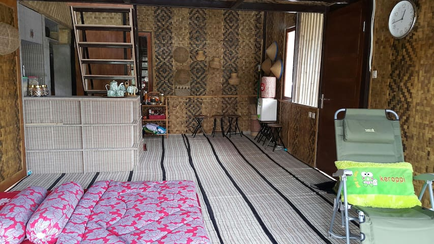 Saung Bale Bale. A Farmer House - Karangpawitan - Casa