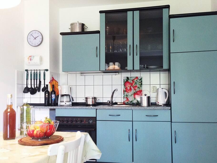 Vollausgestattete Küche inkl. Herd, Ofen und Kühlschrank (plus Gefrierfach).