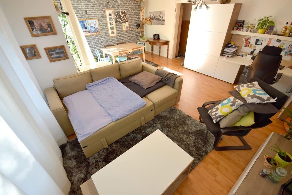 Le salon / séjour : Canapé-lit pour 2 personnes. J'ai un sur-matelas 1 personne et draps.