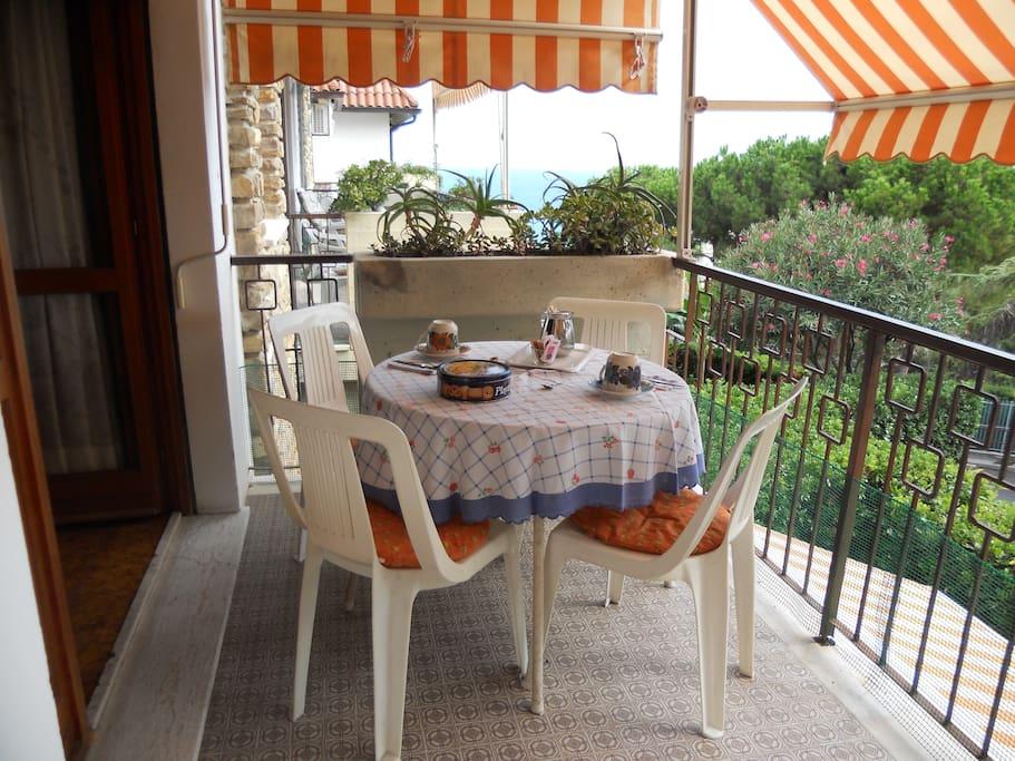 il balcone è un posto piacevole per fare colazione