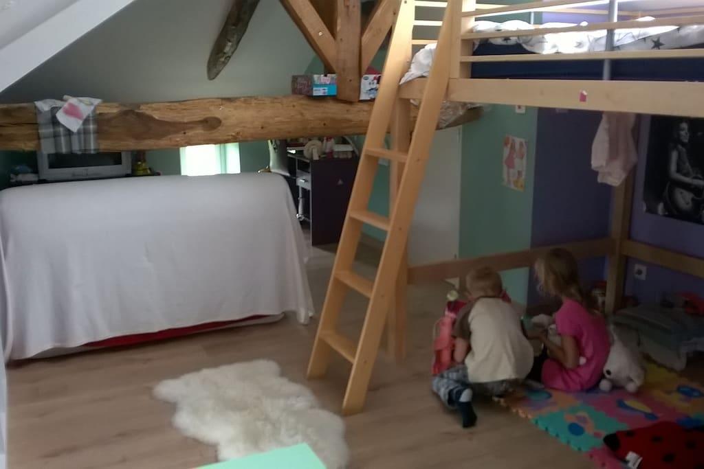Une chambre mansardée avec BZ 2 places de qualité