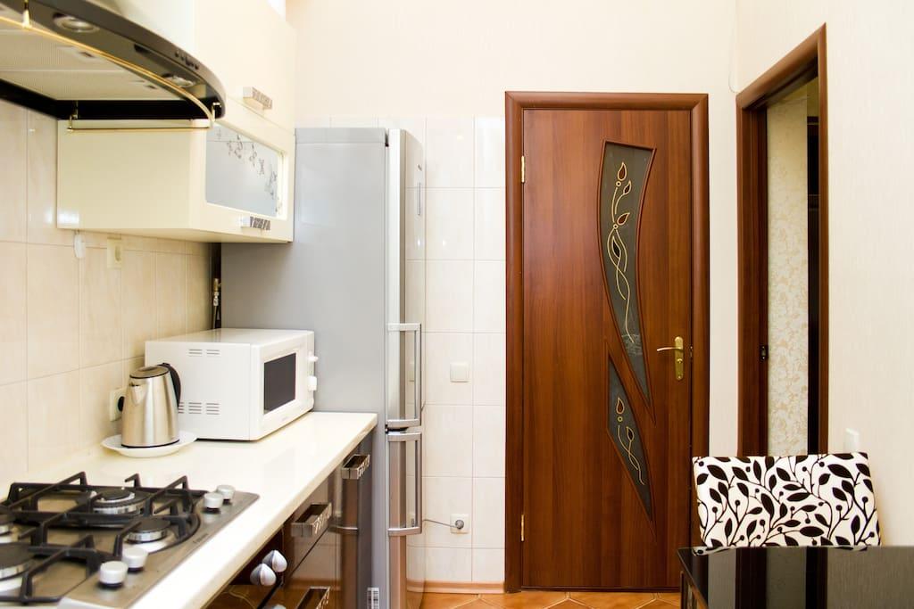 Кухня и двери в ванную