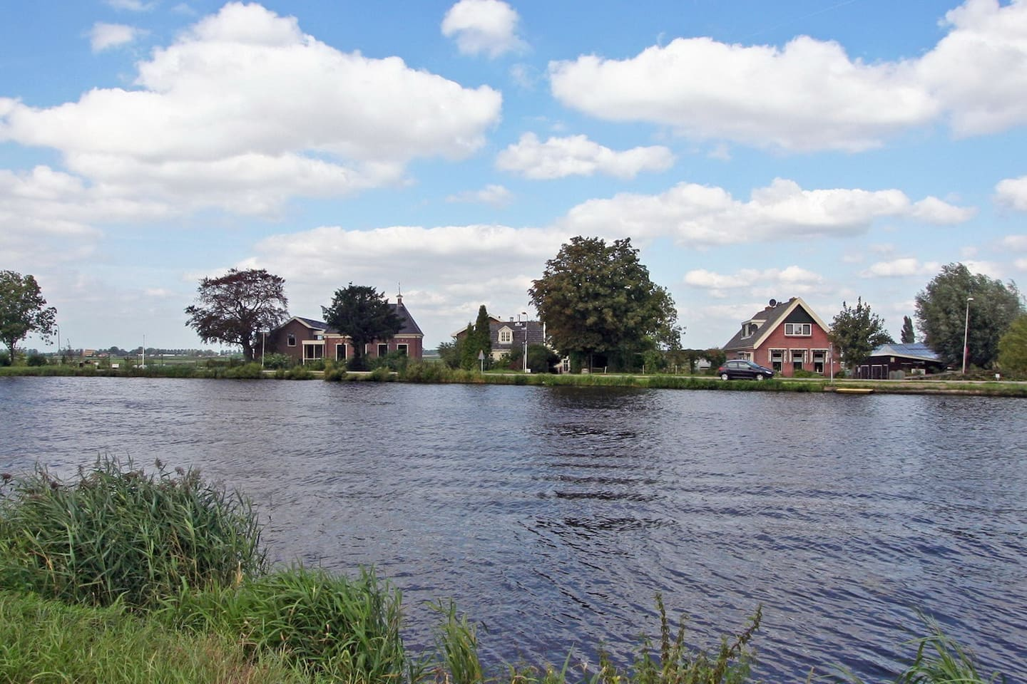 The house in the middle is where you find peace and quiet on the Amstel River, just 10 minutes from Amsterdam